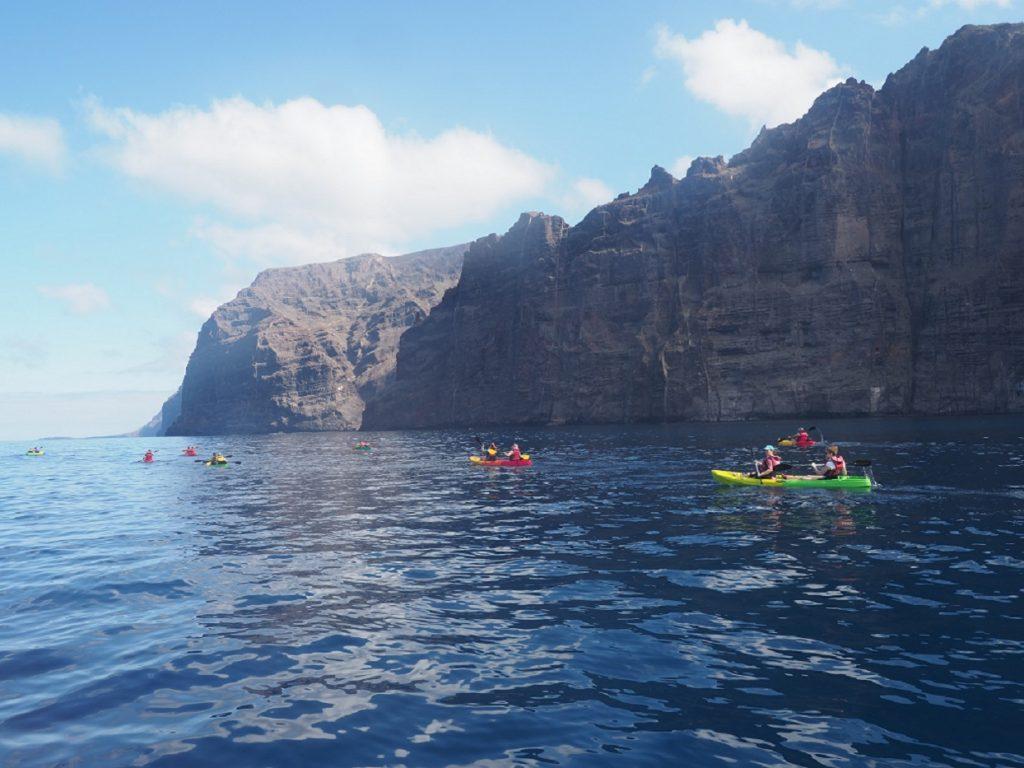 Kayak bajo los acantilados de los gigantes