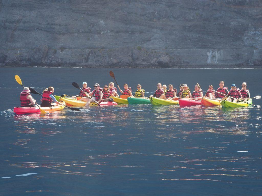 Grupo de turistas bajo los inmensos acantilados